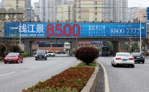 长沙芙蓉北路与福元路交汇处铁路桥三面翻广告大牌