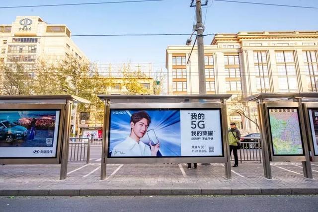公交候车亭:遍布城市的黄金广告位