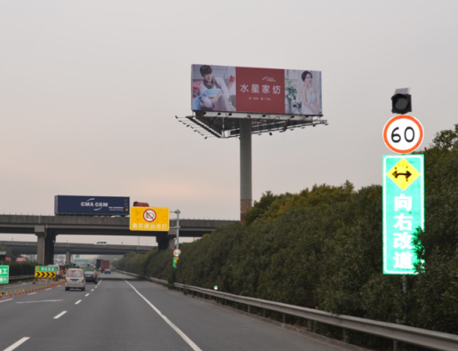 上海市嘉定区A30绕城高速与嘉金高速交界处立柱广告牌