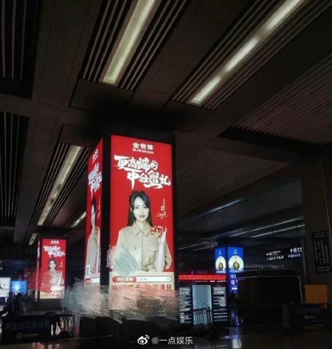 郑爽高铁广告牌连夜被撤,网友:户外广告打工人实惨!