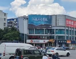 广西柳州鱼峰区西江路口长城财富广场城市道路多面翻大牌