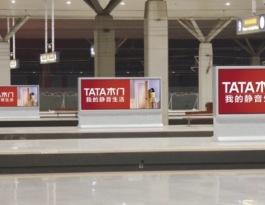 河南郑州郑州东站站台火车高铁灯箱广告