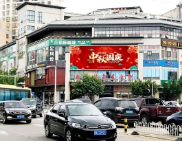 海南海口龙华区南沙路与滨涯路十字路口的南沙特色美食街餐饮场馆LED屏